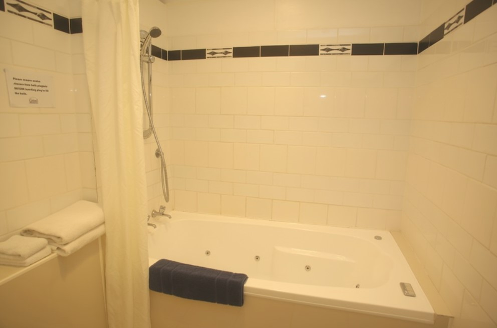 Governors Suite with spa bath